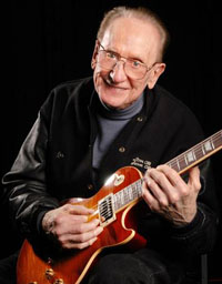 Лес Пол в последние годы жизни со своей знаменитой гитарой.